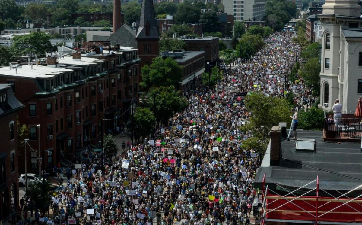 Passeata antirracista em Boston repete confrontos de Charlottesville